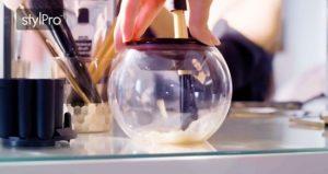 4.ブラシをボウルの中に入れ、ゆっくり上げ下げしながら洗浄します。(約10秒)
